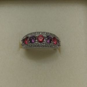 Jewelry - A multi stoned ring in amethyst and garnet